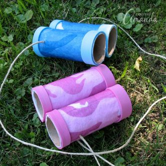 These cardboard tube binoculars are a great rainy day craft for kids. They can use them to go bird watching, as a camp craft, or as a nature craft!