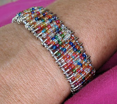 Чтобы сделать такой браслет своими руками нам понадобятся: булавки, бисер, клей, зубочистка, эластичный шнурок.