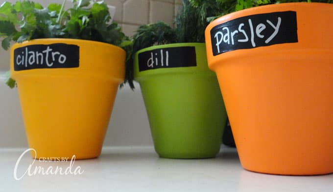 These chalkboard herb pots are a simple project with a bright and cheery outcome! They make great gifts for grandparents, Mother's Day, Teacher Appreciation Day or just for your own kitchen.
