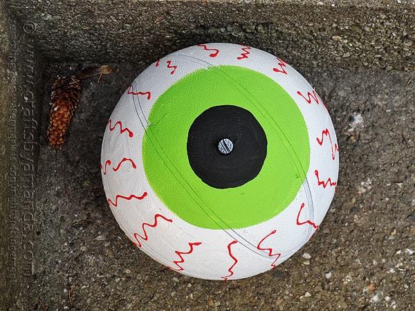 Upcycled Basketball Eyeball by @amandaformaro Crafts by Amanda