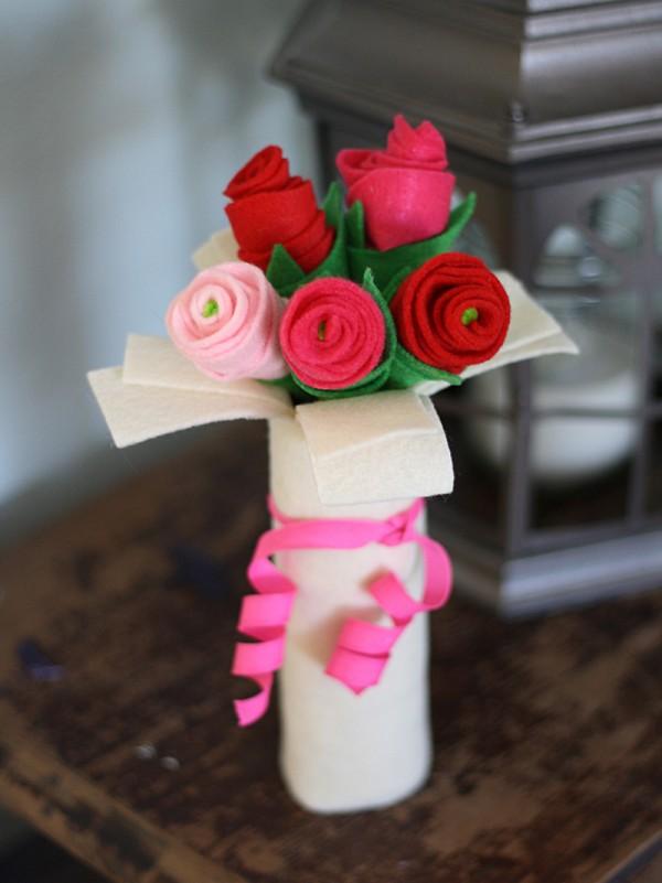 Cardboard Tube Bouquet of Felt Roses @amandaformaro Crafts by Amanda