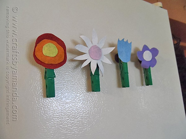 Oh these flower magnets made from painted denim are so cute! A great spring craft for the kids!