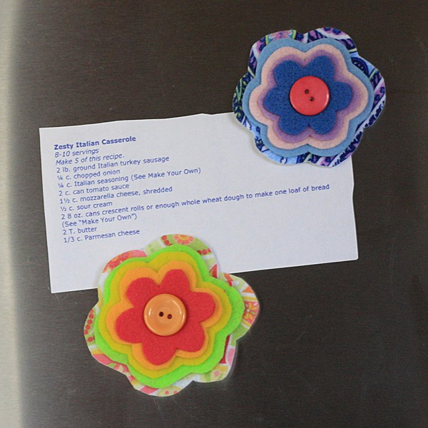 These layered felt flower magnets would make a great Mother's Day project!