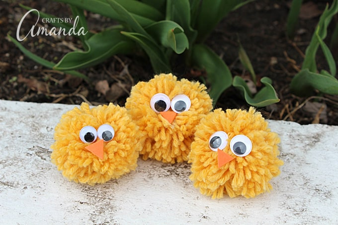 Making pom pom chicks from yarn is easy and while there are special tools, you don't need a pom pom maker! Make pom pom chicks with your fingers for spring.