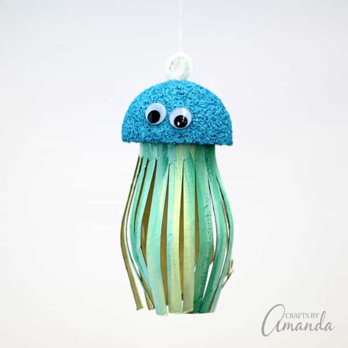 Turn an ordinary cardboard roll into this adorable cardboard tube jellyfish! A fun ocean themed kid's craft that's perfect for summer.