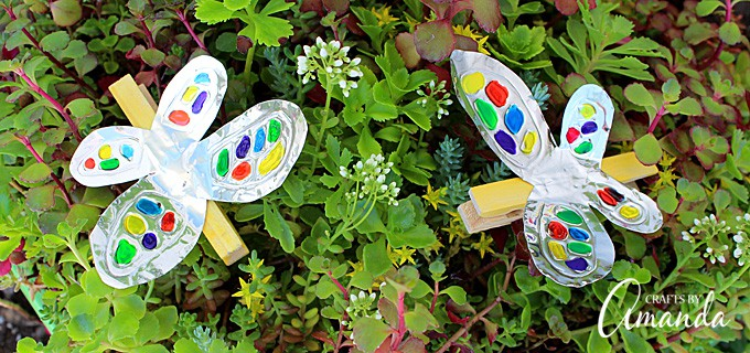 Turn craft foil and a clothespin into this adorable and colorful foil clothespin butterfly. Perfect for holding photos, hanging stuff up and more.