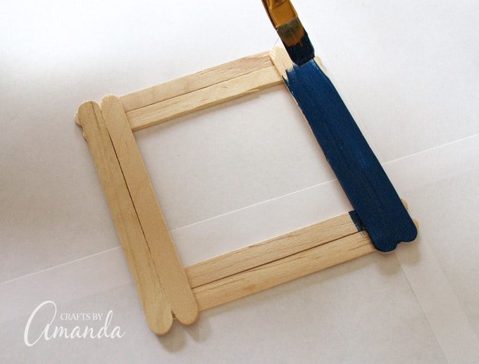 Make an adorable craft stick photo frame to give to your mom or dad. Perfect for Father's Day or Mother's Day and very easy to make and personalize!