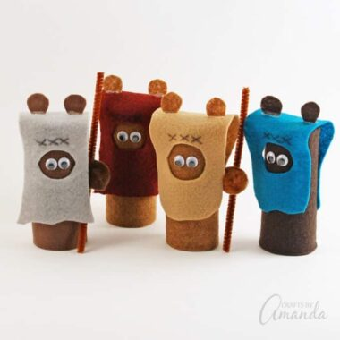 If your kids are Star Wars fans they are going to love making these super cute cardboard tube ewoks!
