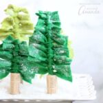 These felt Christmas tree centerpieces are simple to make! Create a forest of Christmas trees for your holiday table, or to decorate your mantle or shelves.