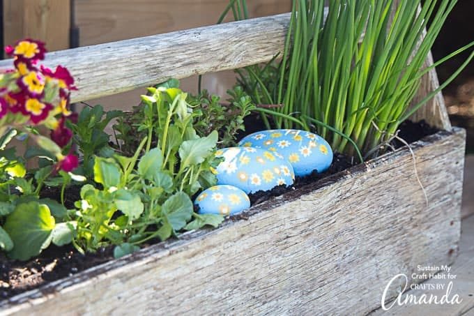 Make these easy daisy painted rocks with a group of friends, or have the kids try it out as well!