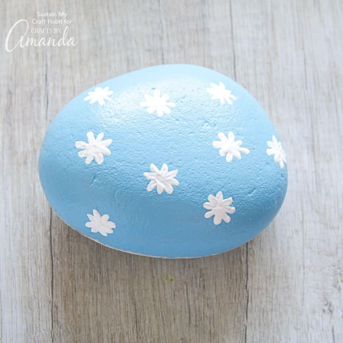 How to make daisy painted rocks step 4