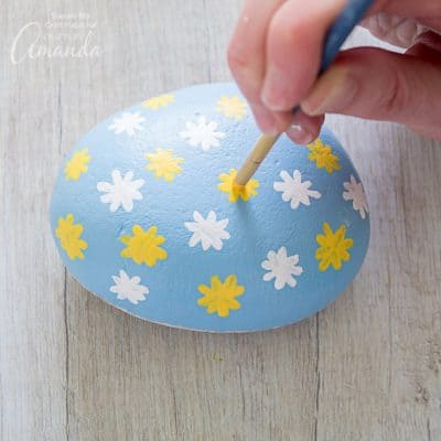 How to make daisy painted rocks step 8