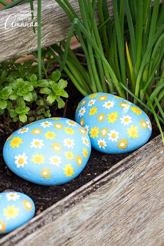 All-over daisy painted rocks, the perfect spring or summer garden craft!