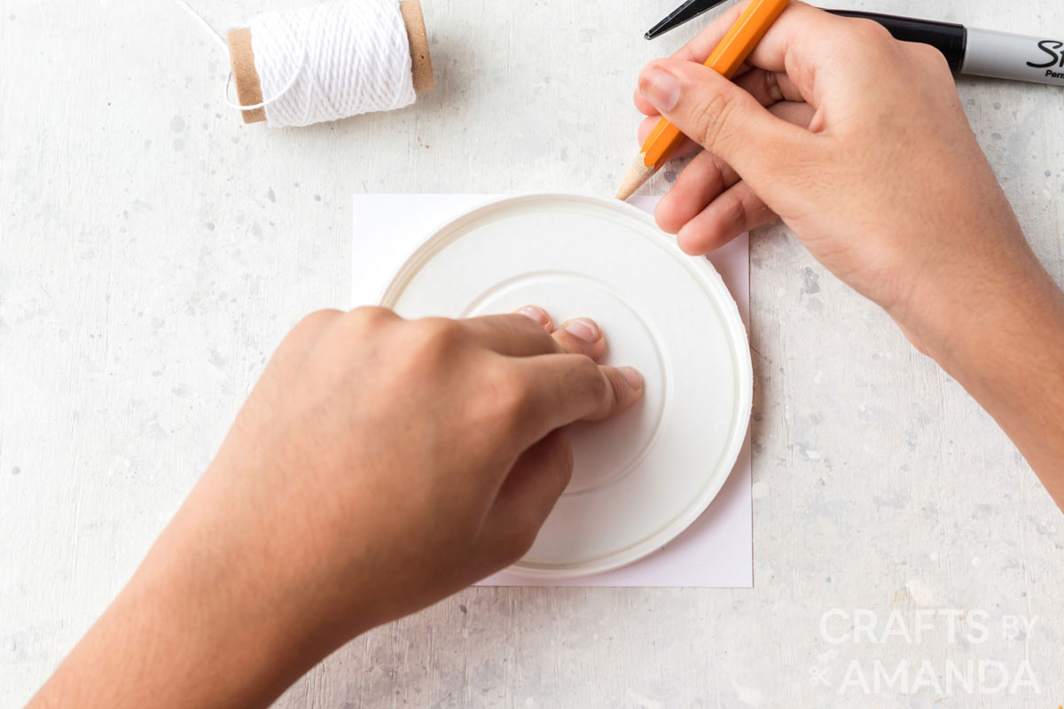 tracing a lid on to paper