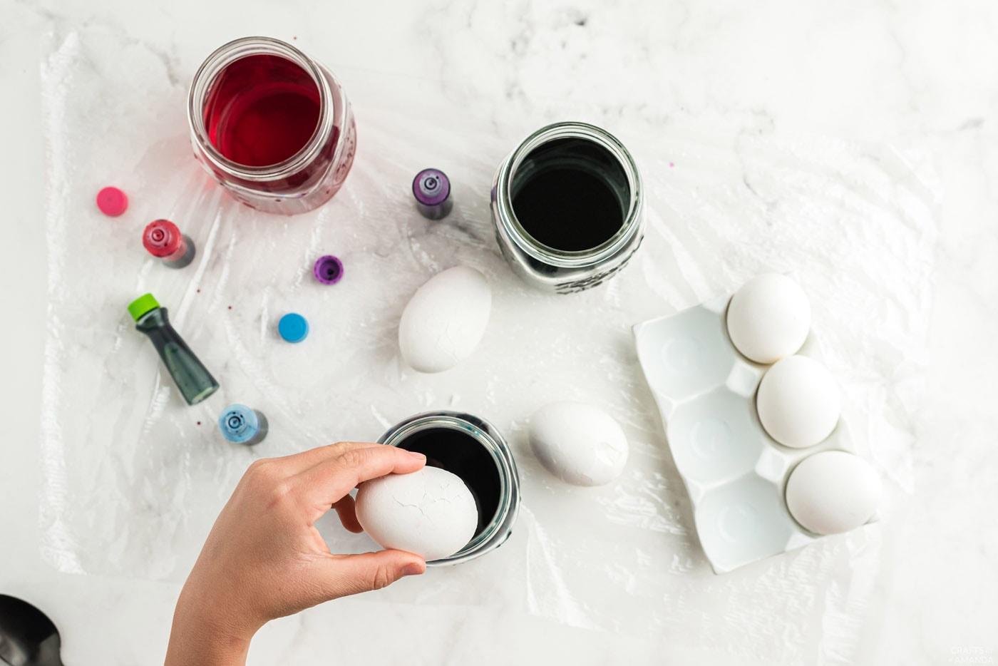 placer un œuf à la coque concassé dans de l'eau avec du colorant alimentaire