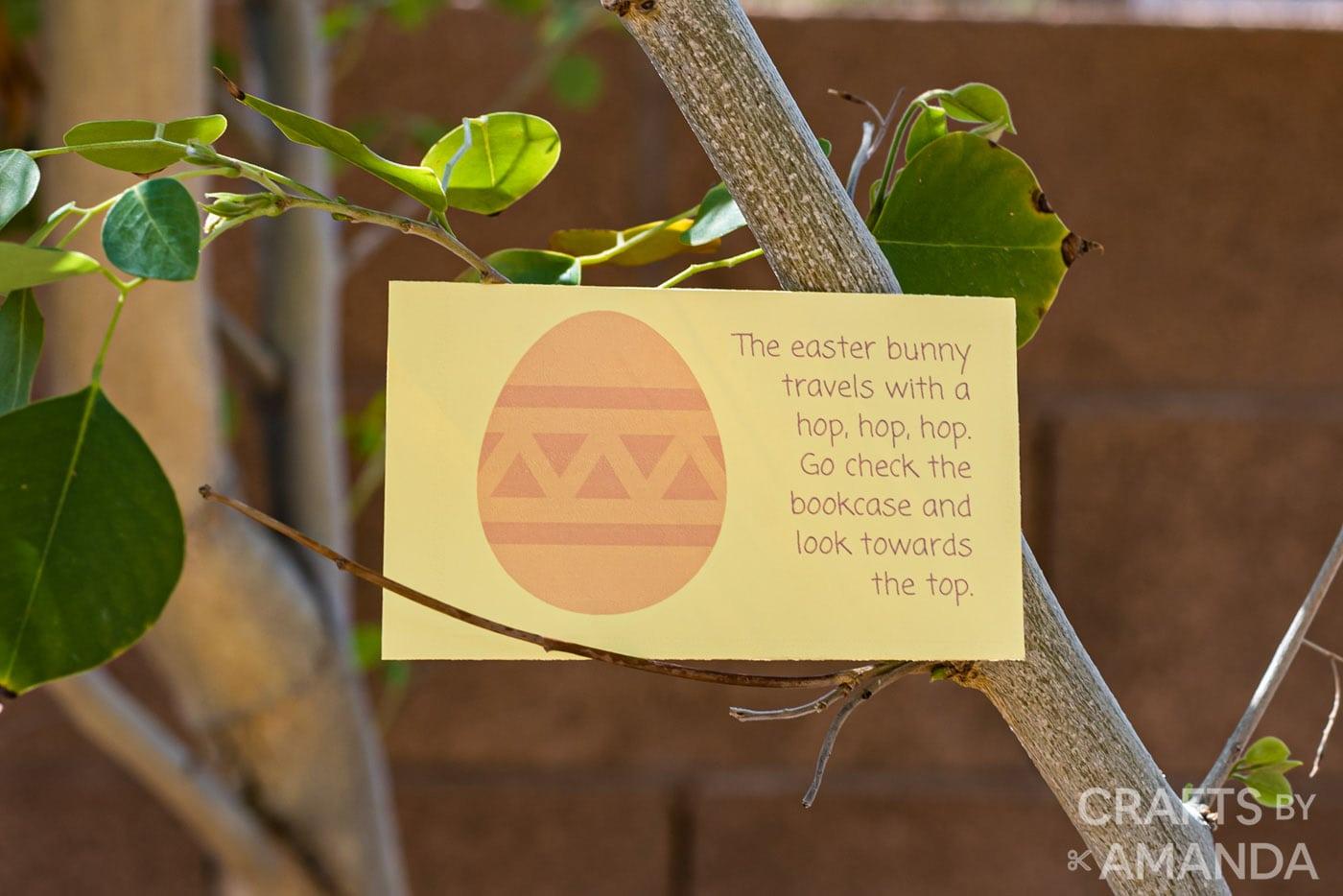 carte de chasse au trésor de pâques dans un arbre