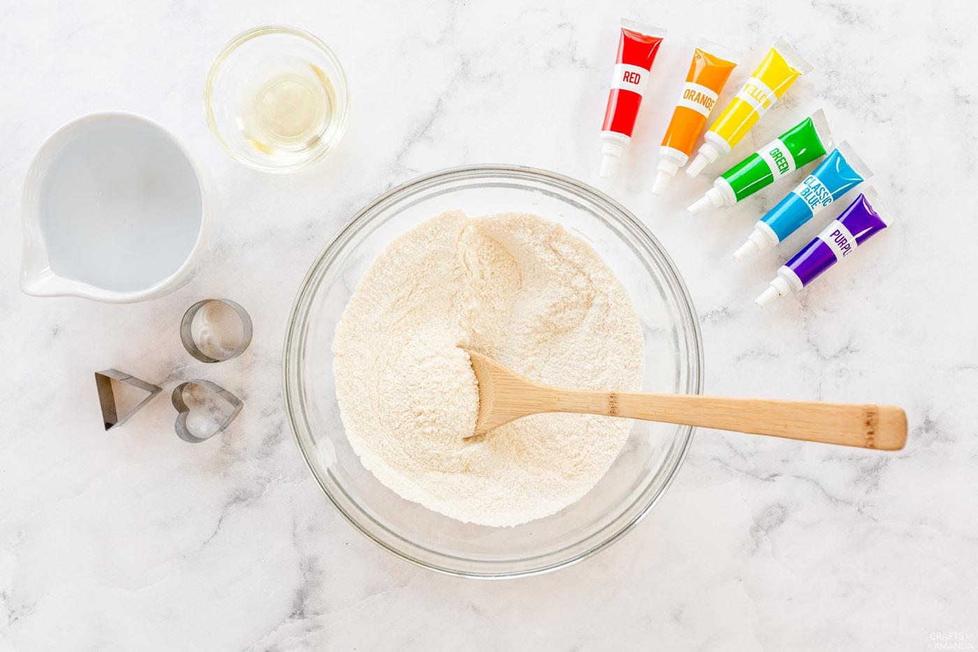 speel deeg droge ingrediënten in een kom