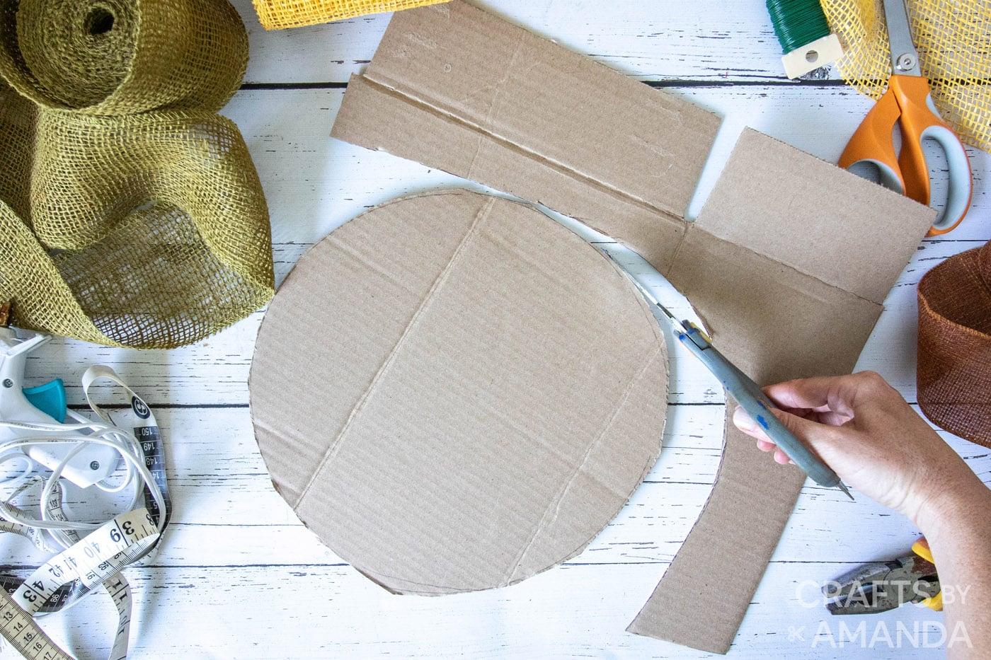 een cirkel uit karton snijden