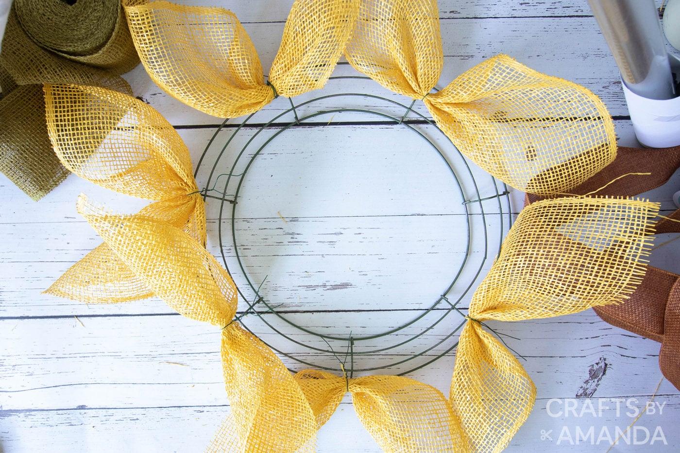 gele jute zonnebloembloemblaadjes op kransvorm