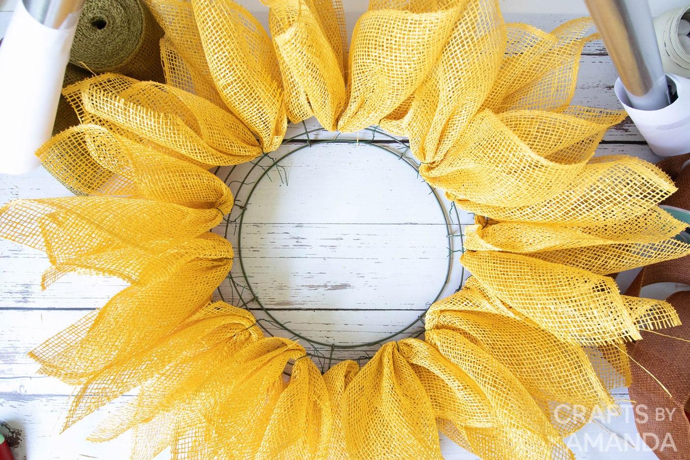 zonnebloemkrans gemaakt van gele jute