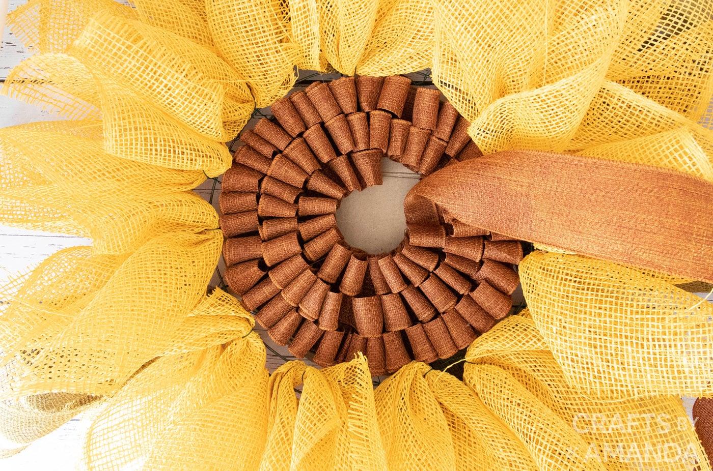 cinched bruine jute in het midden van een zonnebloemkrans