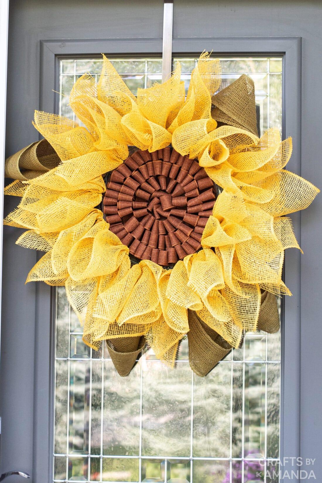 zonnebloemkrans op de voordeur