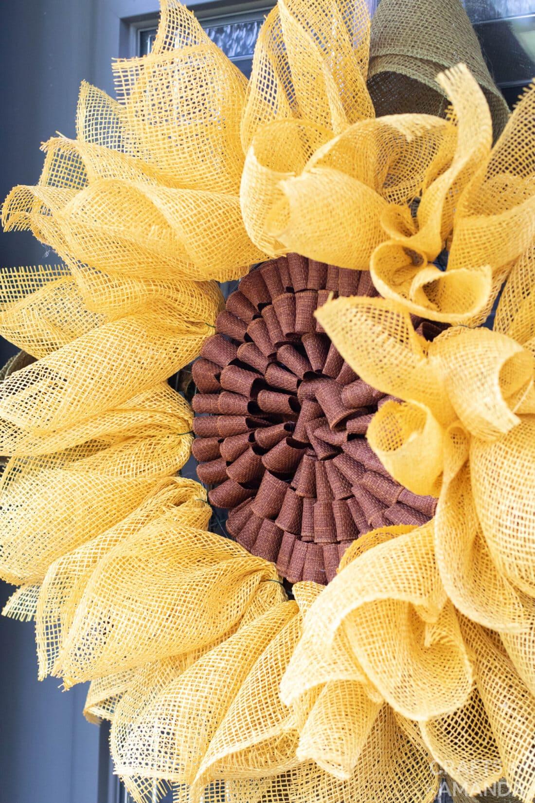 close up van jute zonnebloem krans