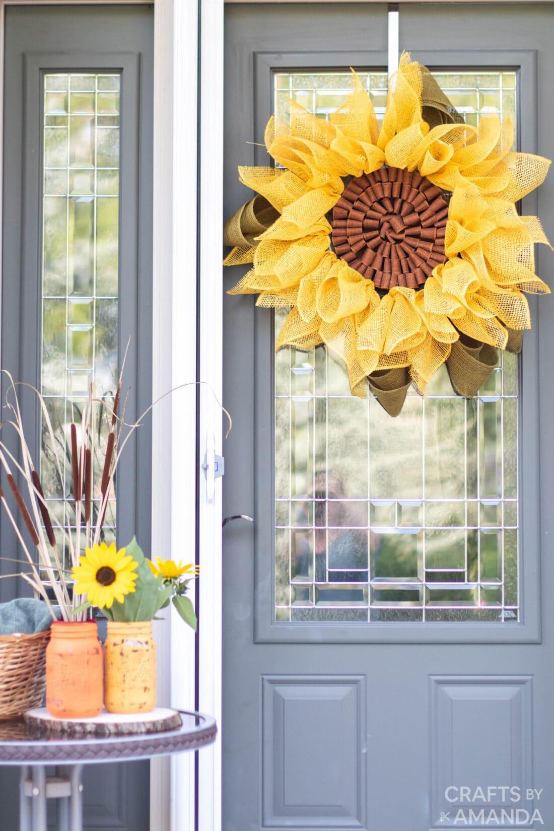 jute zonnebloem krans hangend aan de deur
