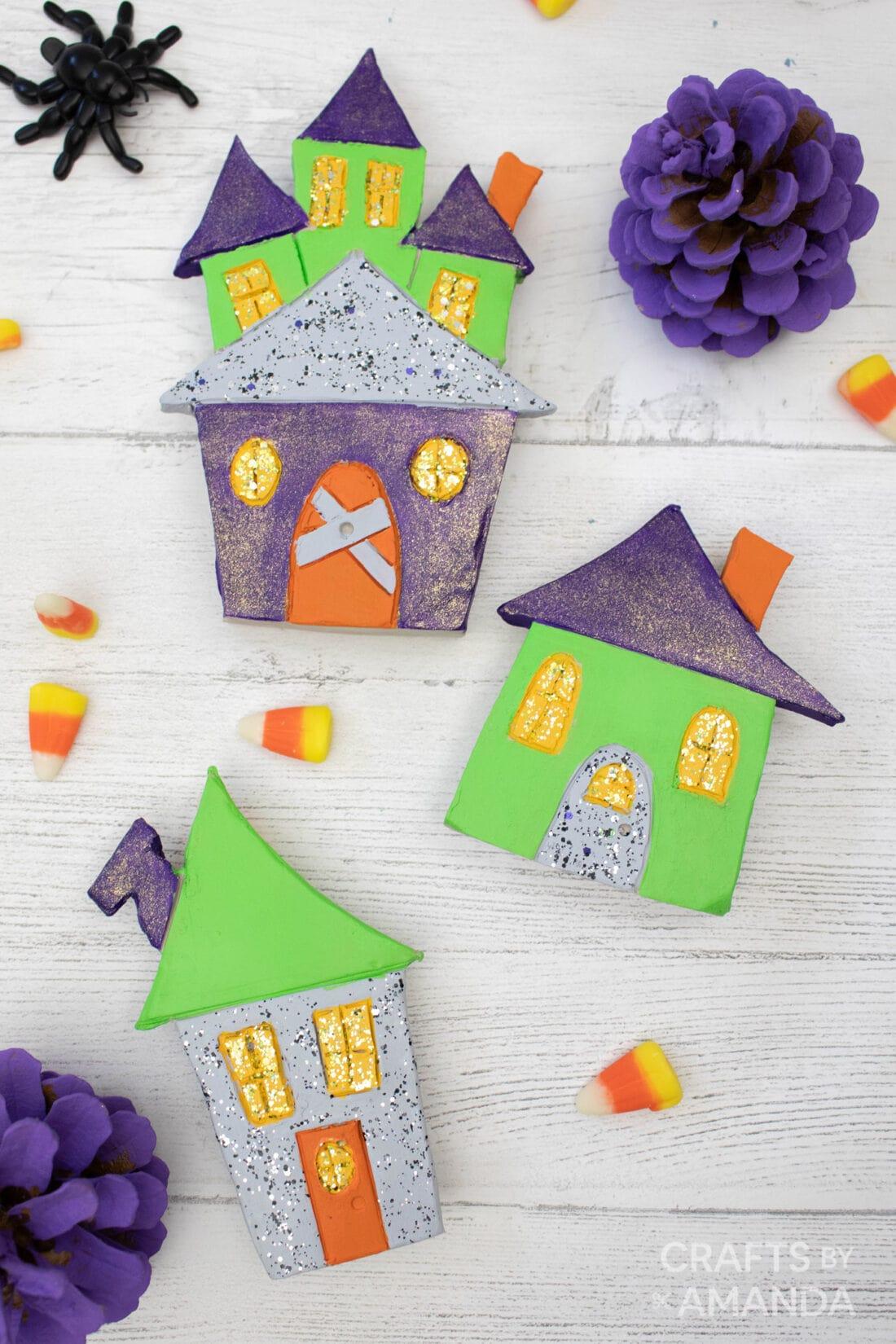 klei halloween huizen die op tafel liggen